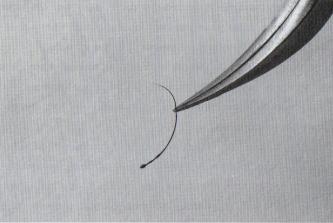 Капля клея на основании ресницы.