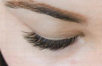 Наращивание ресниц с направлением к внешнему углу глаза.